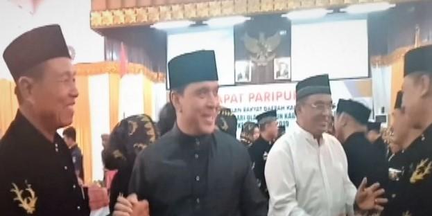 H. Ismail Ibrahim (baju putih) kompak bersama adiknya, H. Riduwan Ibrahim (RI) saat menghadiri Paripurna HUT Bungo Oktober 2019.
